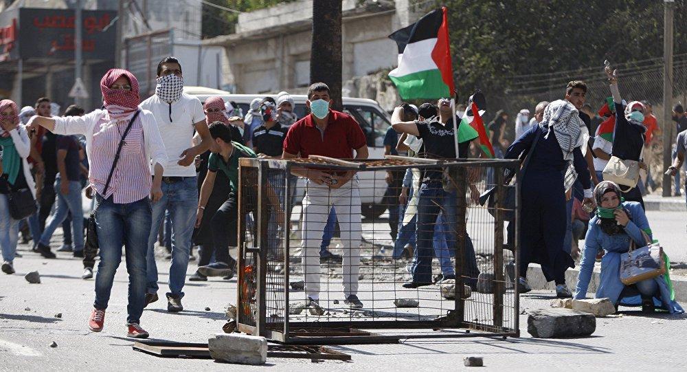 Manifestantes palestinos entram em confronto com soldados israelenses em Hebron, na Cisjordânia
