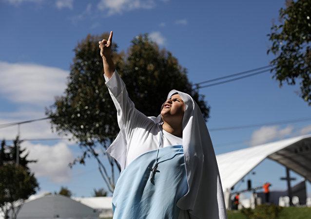 Freira em parque de Bogotá, Colômbia, que receberá missa de Francisco