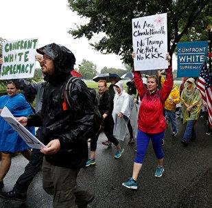 Manifestantes de Charlottesville, Virgínia, marcham até Washington para protestar contra racismo