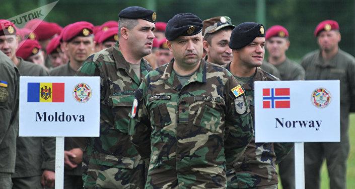 Militares moldávios durante as manobras Rapid Trident 2016 na Ucrânia