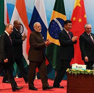 Os líderes russo, sul-africano, indiano, chinês e brasileiro na reunião multilateral durante a IX cúpula dos BRICS e, Xiamen, em 4 de setembro de 2017