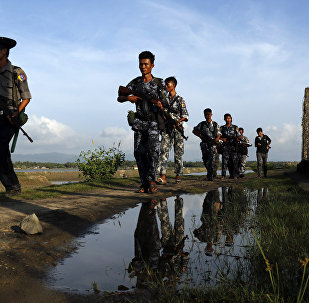Policiais de Mianmar patrulhando a fronteira entre Mianmar e Bangladesh no estado de Rakhine (foto de arquivo)