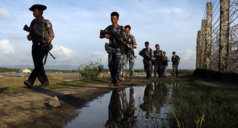 Policiais de Mianmar patrulhando a fronteira entre Mianmar e Bangladesh, no estado de Rakhine (foto de arquivo)