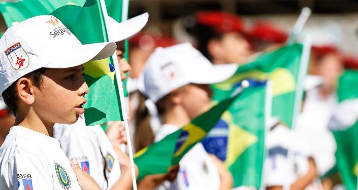 Crianças participando do desfile cívico-militar do Dia da Independência em Brasília