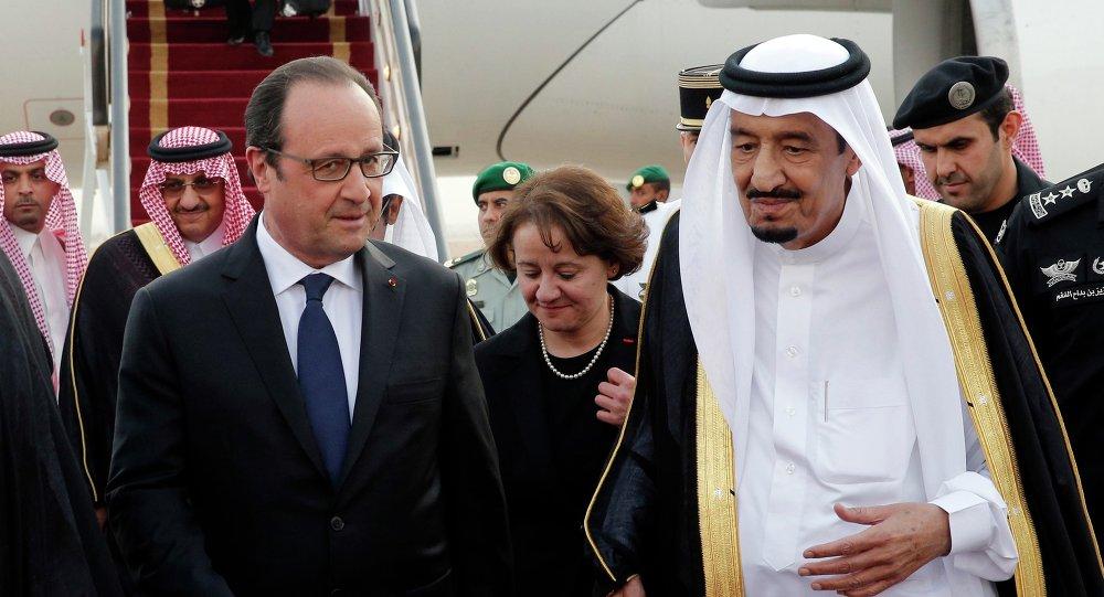 O presidente francês, François Hollande, à esquerda, é recebido pelo rei Salman da Arábia Saudita à sua chegada ao aeroporto de Riad, Arábia Saudita, na segunda-feira, 4 de maio, 2015.