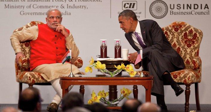 O Presidente Barack Obama, dos EUA, conversa com o primeiro ministro indiano Narendra Modi