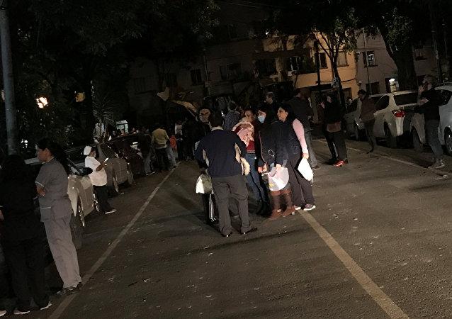 Mexicanos saem às ruas após terremoto