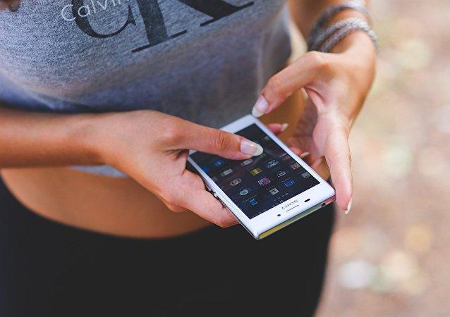 Uma mulher com celular