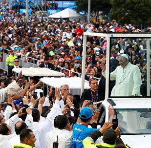 Sumo pontífice desfila na praça Simon Bolívar, em Bogotá.