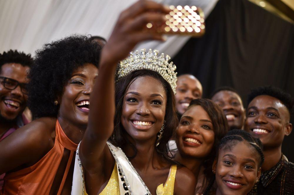 Vencedora do concurso de beleza Miss Haiti, Cassandra Chery, tira fotos com seus fãs