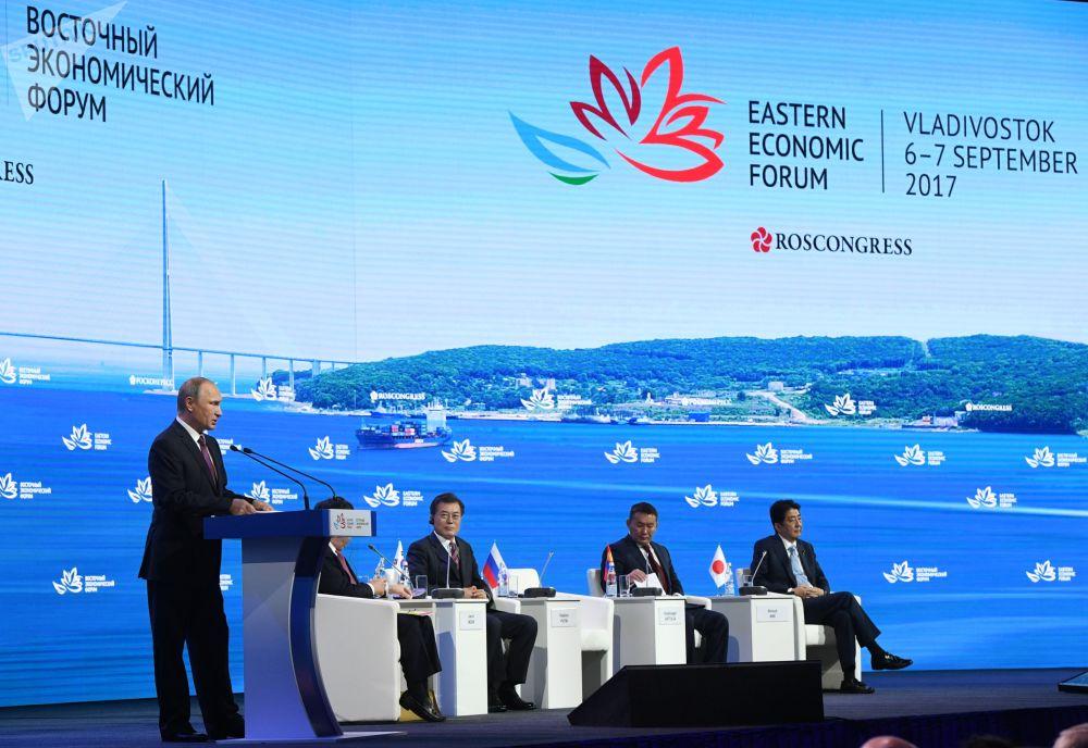 Presidente russo, Vladimir Putin, discursa no âmbito do Fórum Econômico do Oriente em Vladivostok