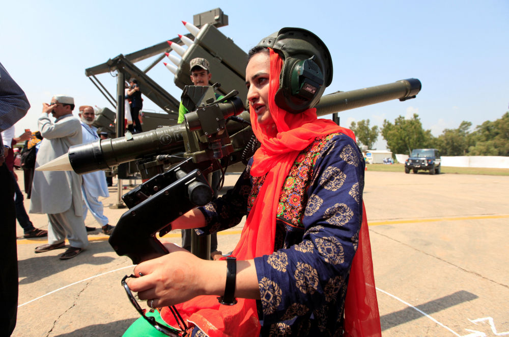 Mulher na base aérea de Nur Khan participa dos festejos por ocasião do Dia da Defesa, Islamabad, Paquistão