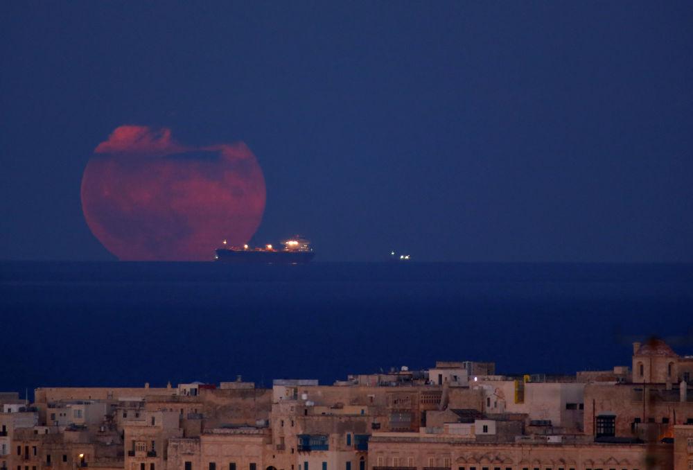 Navio-tanque com Lua em pano de fundo, visto a partir da costa de Malta