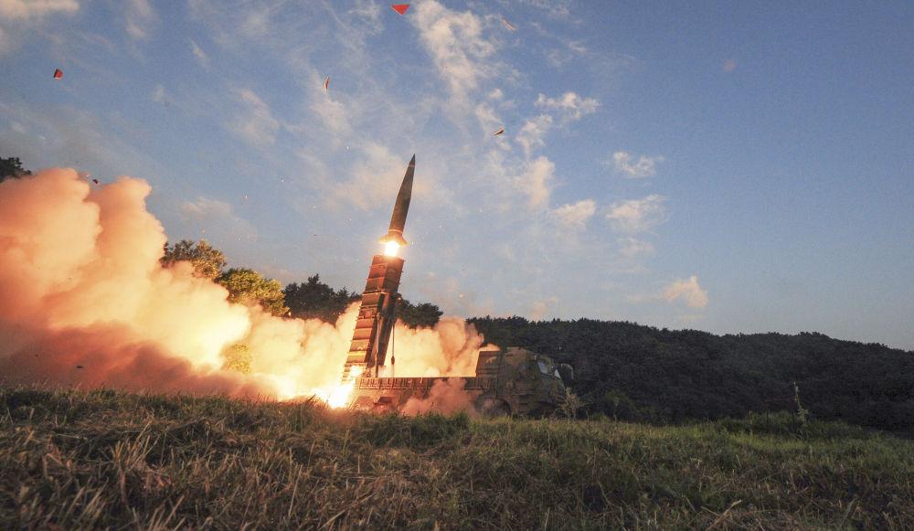 Lançamento do míssil balístico de curto alcance sul-coreano Hyunmoo II durante as manobras conjuntas dos EUA e Coreia do Sul