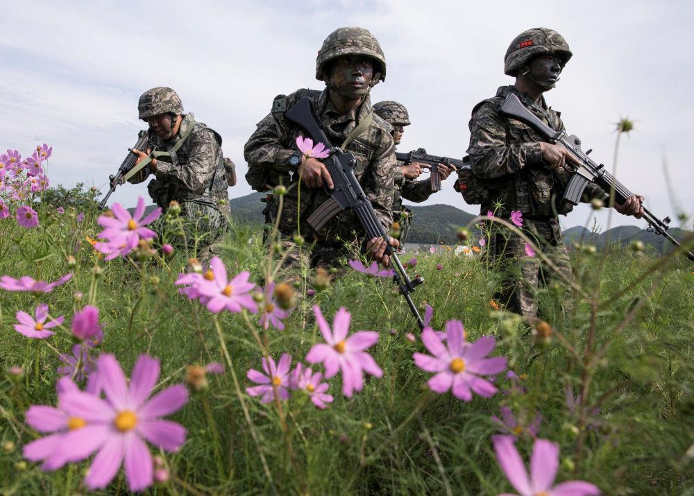 Fuzileiros navais sul-coreanos durante manobras conjuntas dos EUA e Coreia do Sul