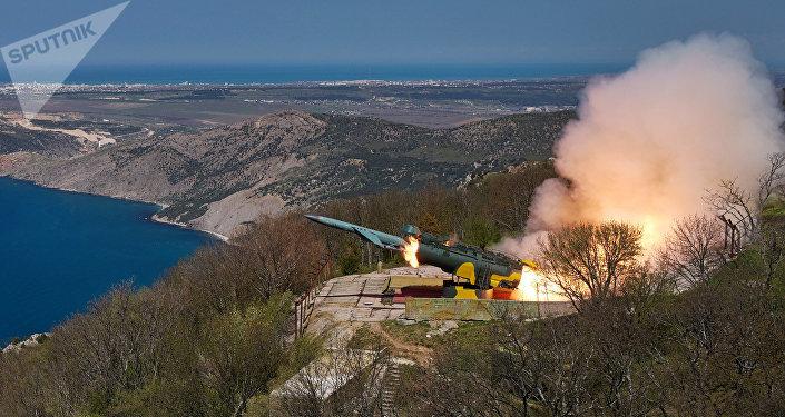 Lançamento de um míssil de cruzeiro pelo sistema de mísseis costeiro Utyos da Frota do Mar Negro da Marinha da Rússia durante treinamentos (foto de arquivo)