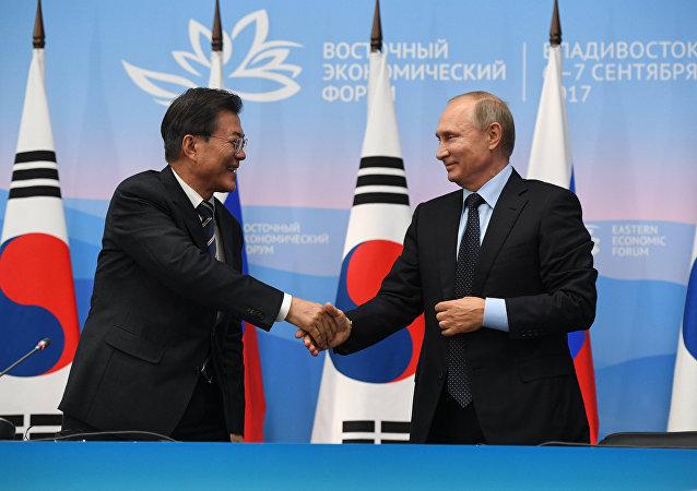 O presidente russo, Vladimir Putin (à direita), e o presidente sul-coreano, Moon Jae-in, (à esquerda) durante 3º encontro do Fórum Econômico do Oriente (EEF), em 6 de setembro de 2017.