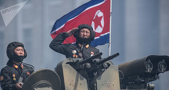 Militares são vistos em cima de um blindado durante festejos do 105 aniversário de Kim Il-sung