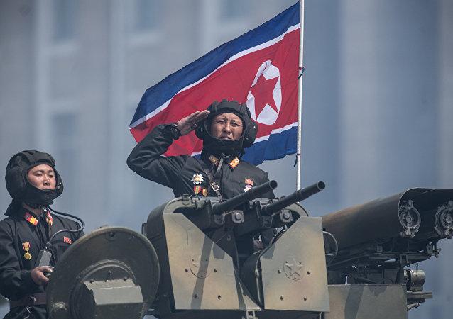 Militares norte-coreanos são vistos em cima de um blindado