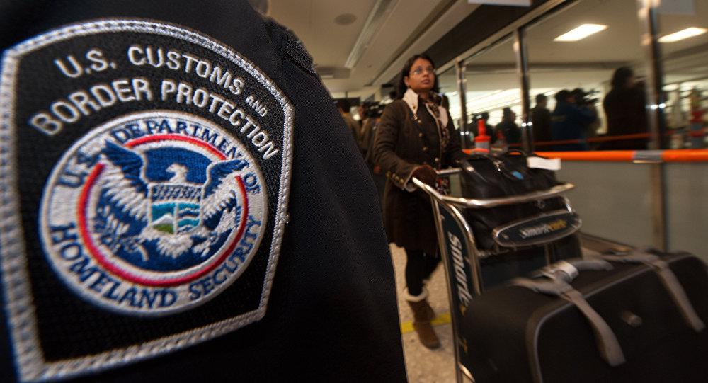 Serviço de Alfândega e Proteção de Fronteiras dos EUA em um aeroporto da Virgínia