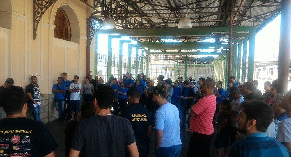 Metroviários de Belo Horizonte discutem em assembleia paralisação do sistema