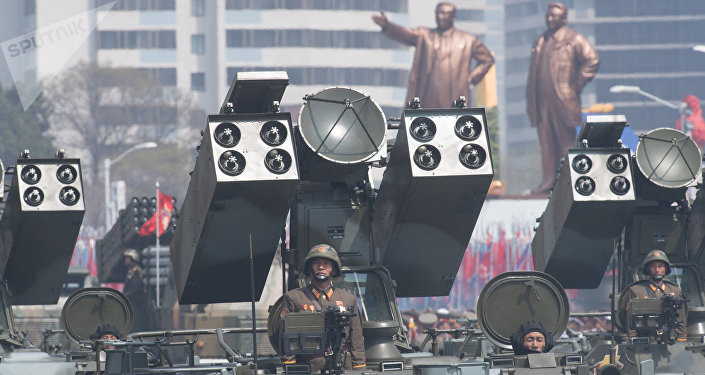 Um complexo de defesa antiaérea do Exército Popular da Coreia é visto durante o desfile dos 105 anos de nascimento de Kim Jong-il 9 (foto de aqruvio)