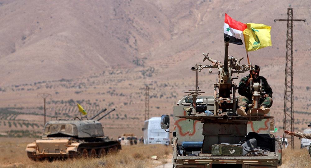 Veículo militar com as bandeiras da Síria e do Hezbollah