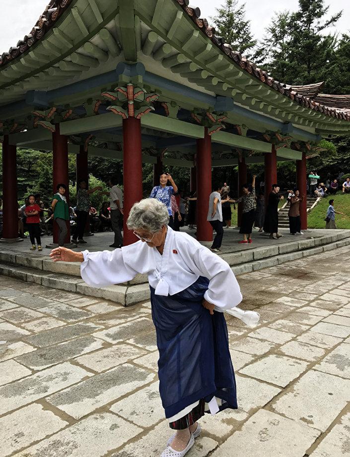 Uma norte-coreana dançando nas ruas
