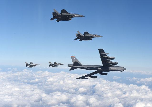 Bombardeiro norte-americano B-52 Stratofortress (abaixo) com caças sul-coreanos F-15K e caças norte-americanos F-16 (acima) sobrevoando a Coreia do Sul em proximidades da Coreia do Norte