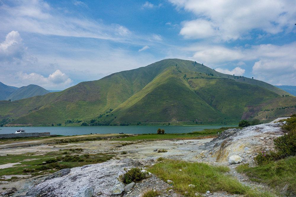 A erupção do Toba aconteceu entre 70 e 77 anos atrás, mais exatamente no lugar onde hoje pode ser encontrado o lago Toba, no centro da zona setentrional da ilha indonésia de Sumatra. Estima-se que a quantidade total de lava expulsada cobriu uma área de 2.800 quilômetros cúbicos