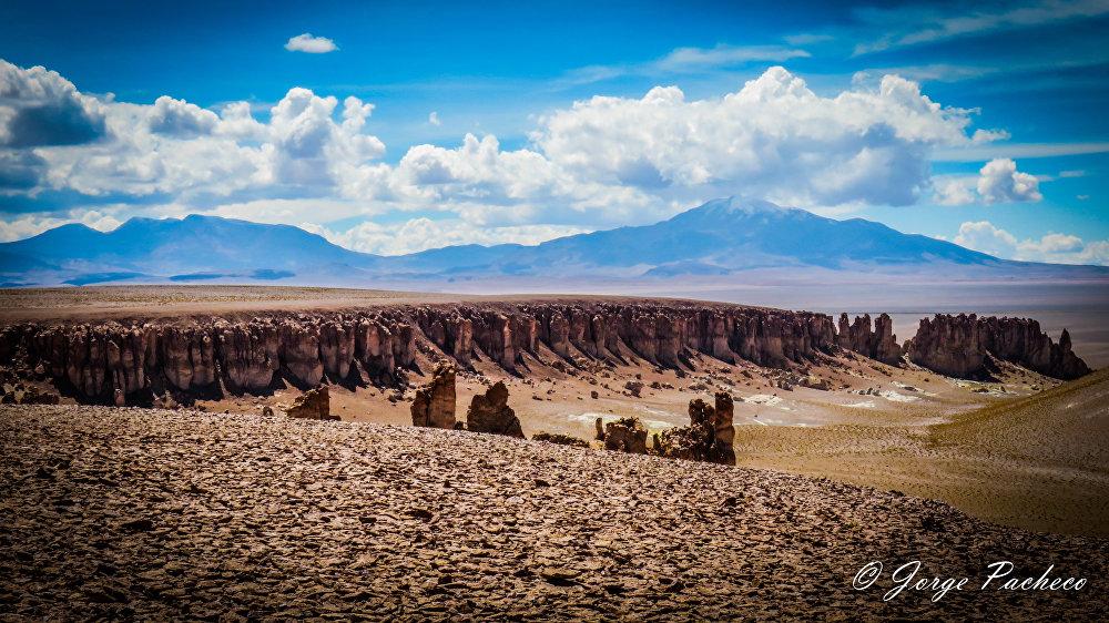 A caldeira vulcânica La Pacana situa-se na cordilheira ocidental da região de Antofagasta no Chile. Com a estrutura de colapso de 6.000 quilômetros quadrados, é considerada uma das maiores do mundo