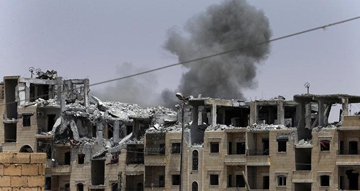 Fumaça liberada após um ataque aéreo da coalizão internacional em Raqqa, em 17 de julho de 2017