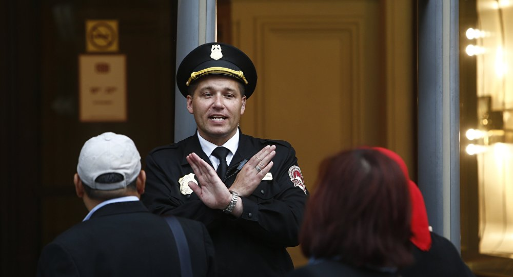 Guarda impede a entrada de visitantes em frente ao shopping GUM, em Moscou