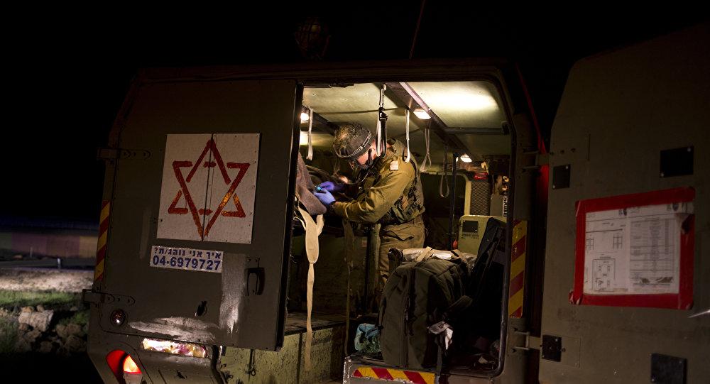 Grupo de refugiados sírios recebe ajuda médica na fronteira com Israel