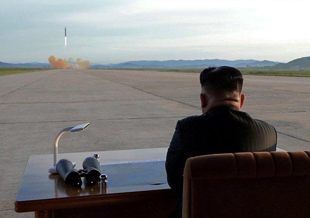 Lider norte-coreano observa o lançamento de um míssil