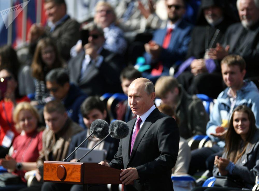 O presidente russo, Vladimir Putin, discursa durante a cerimônia de abertura do Dia da Cidade em Moscou, na Praça Vermelha, em 9 de setembro de 2017