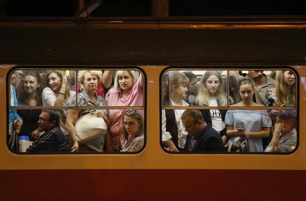 Passageiros dentro de um bonde em Kiev, na Ucrânia
