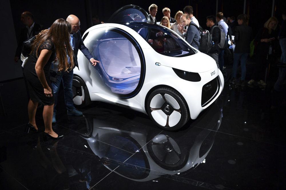 Visitantes examinam o carro Smart 'Vision EQ' no primeiro dia de apresentação à imprensa no Show de Automóveis Internacional IAA em Frankfurt, na Alemanha