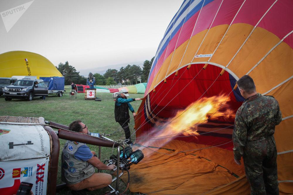 Preparativos antes do lançamento de um balão de ar num festival na região de Stavropol