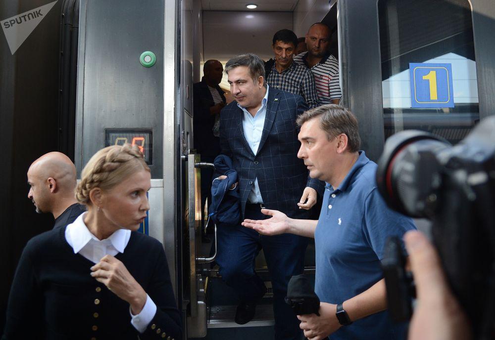 Ex-presidente georgiano e ex-governador da região de Odessa, Mikhail Saakashvili, sai de um trem na estação ferroviária polonesa de Przemysl, acompanhado pela política ucraniana Yulia Timoshenko