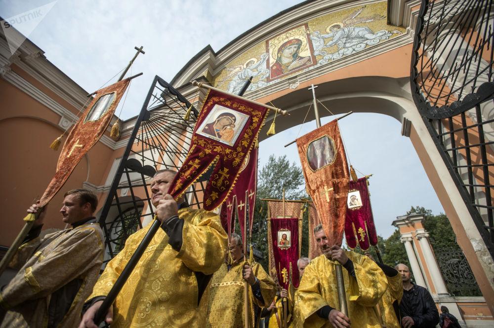 Cristãos ortodoxos durante uma procissão religiosa em São Petersburgo