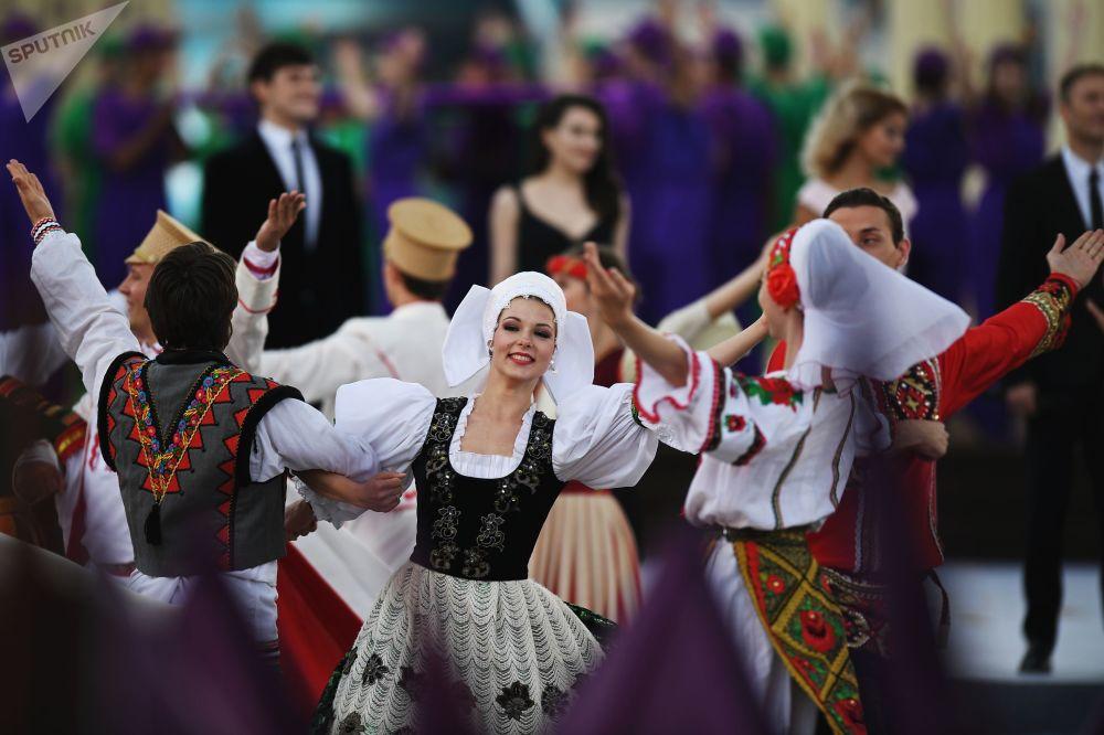 Artistas se apresentam durante a cerimônia de abertura do Dia da Cidade de Moscou, na Praça Vermelha