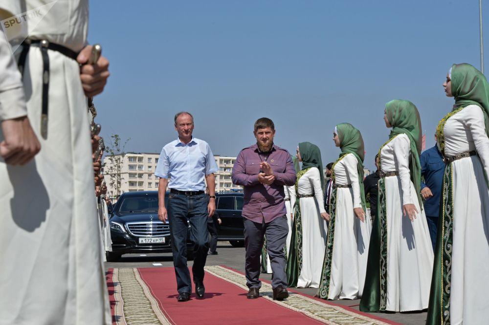 O secretário do Conselho de Segurança da Rússia, Nikolai Patrushev, e o chefe da República da Chechênia na cerimônia de inauguração do Palácio de Vôlei em Grozny