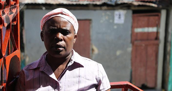 A cozinheira Anèse Beaubrun (51 anos) teve cólera em novembro de 2011: Fui levada para vários hospitais porque estava tudo lotado e eles fechavam cedo para conseguir atender todo mundo. A cólera me deixou tão fraca que nem percebi. A ONU deveria nos estender a mão e ganhamos um chute.