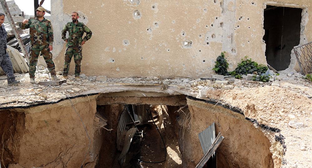 Forças governamentais sírias observando túnel destruído nos arredores de Damasco, 14 de maio de 2017
