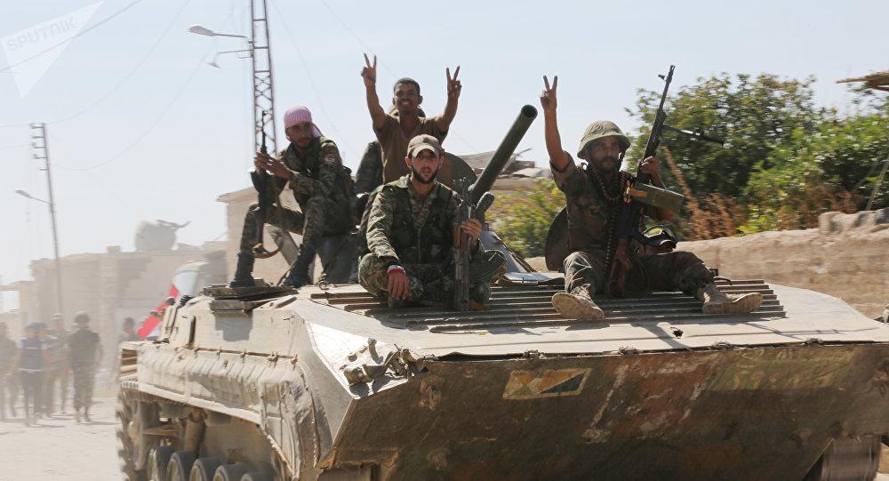 Soldados sírios entram na cidade de Atshan, libertado pela primeira vez em 2015