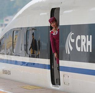 Uma mulher do pessoal olha do comboio de alta velocidade que liga Shanghai e Kunming, China, 28 de dezembro de 2016