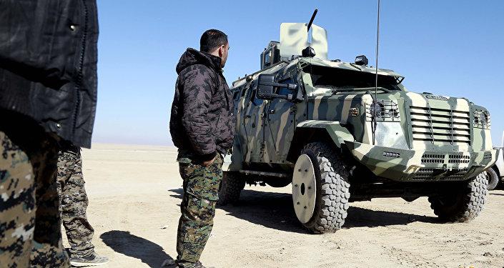 O combatante das Forças Democráticas Sírias examina o veículo fornecido pela coalizão dos EUA perto a nordeste de Raqqa