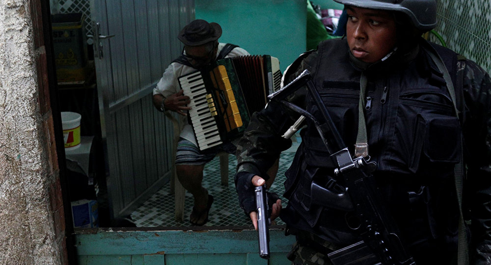 Homem do Exército na Rocinha, Rio de Janeiro.