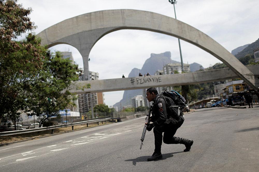 As autoridades cariocas oferecem R$ 30 mil por informações que levem a prisão de Rogério 157, considerado o chefe do tráfico na Rocinha.